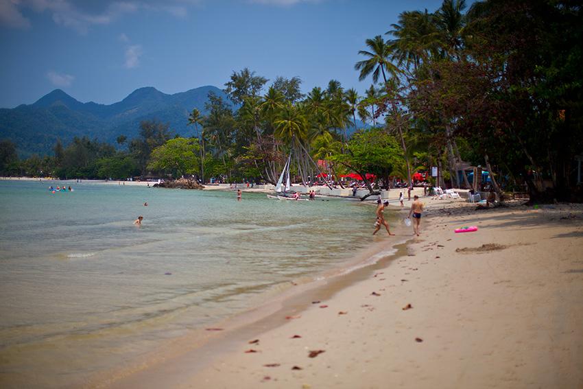 наш пляж и Амари с красными зонтиками