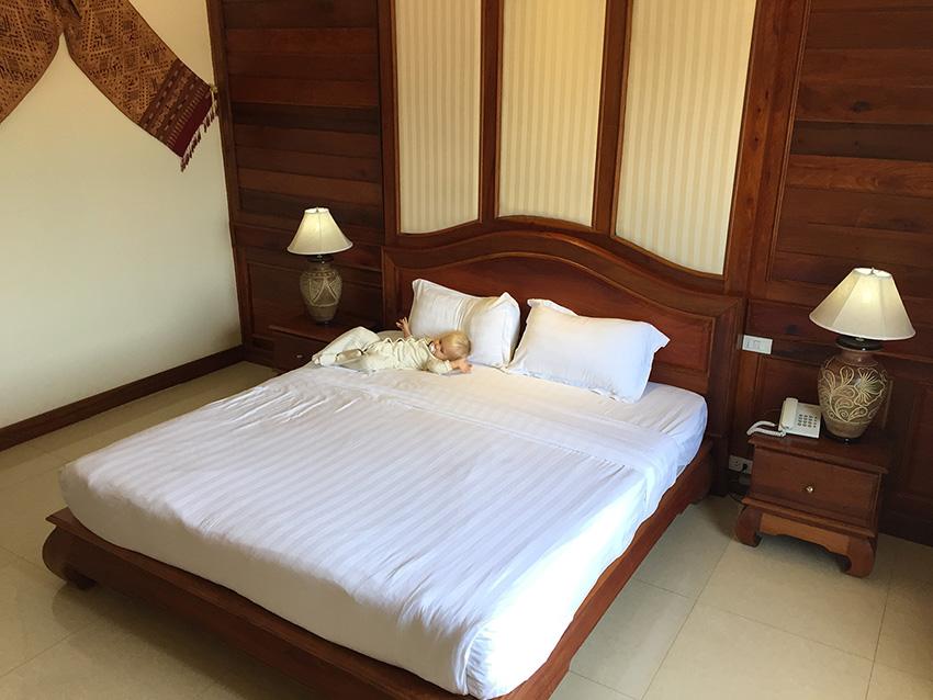 в таиланде довольно высокие кровати, для младенце падать высоко