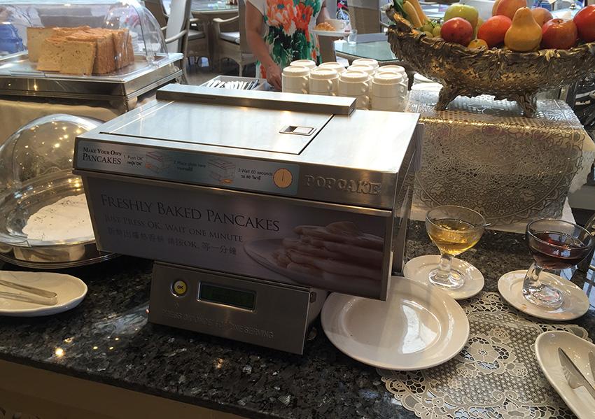 любимая Машина машинка по выпечке блинчиков. Кнопку нажал и только тарелку подставляй!