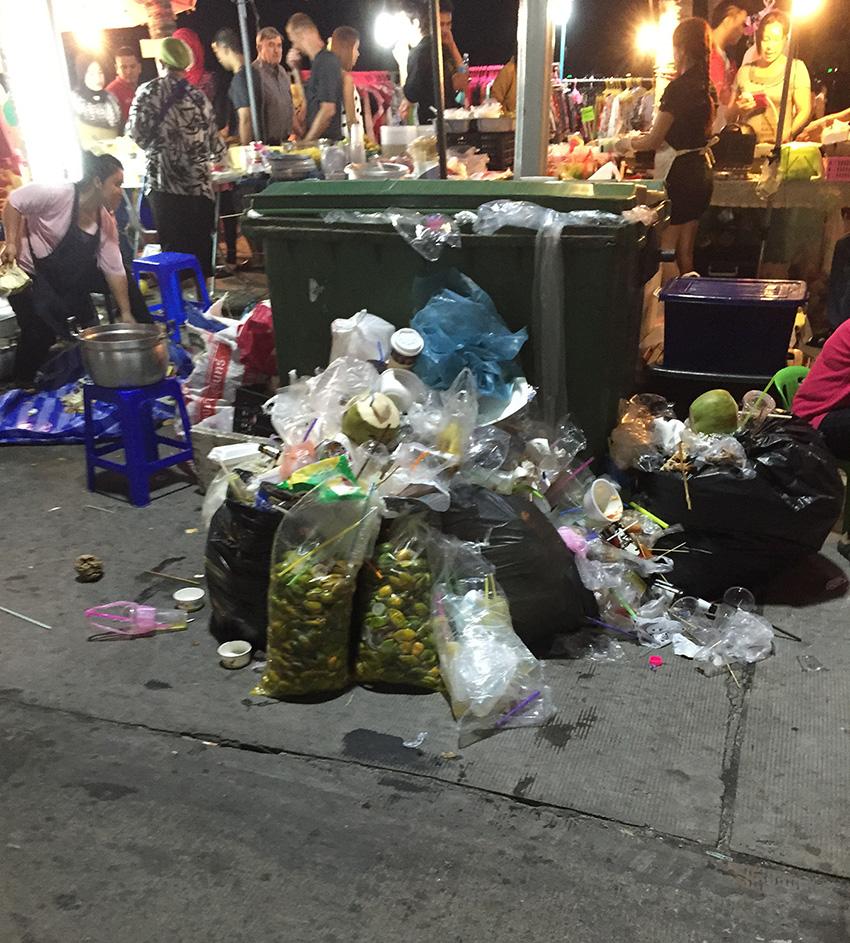 Еда в Паттайе на улице - вид сзади, фото