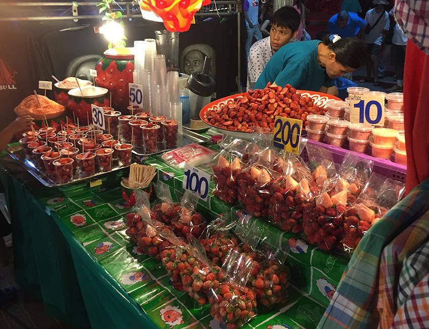 уличная еда в Паттайе - фото - клубника - хочешь жуй в пакете, а хочешь- сделают смузи