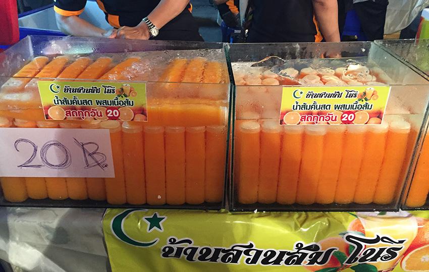 традиционный сок, который можно купить на каждом шагу. Пожизненно стоит 20 бат
