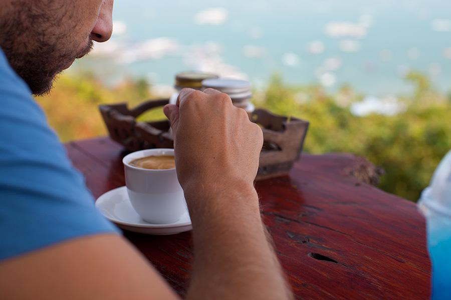 горячий кофе здесь хорош вечером, потому что прохладно.