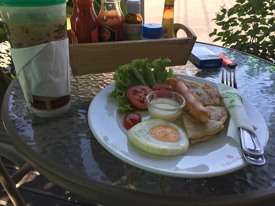 вот такой завтрак в Паттайе за 45 бат