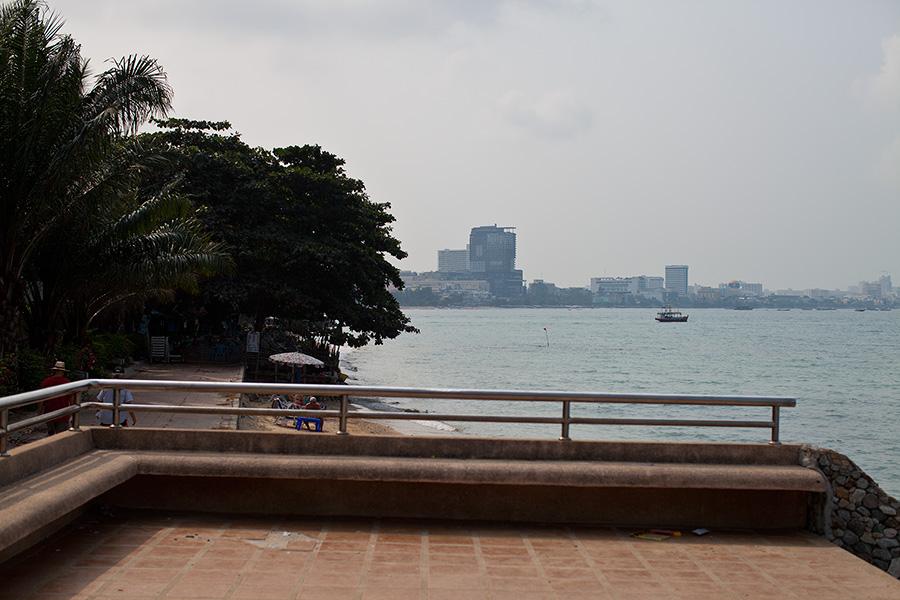 налево остается отель Dusit Thani вот за этим деревом