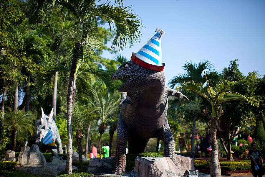 Динозавры веселы и даже в колпачках!