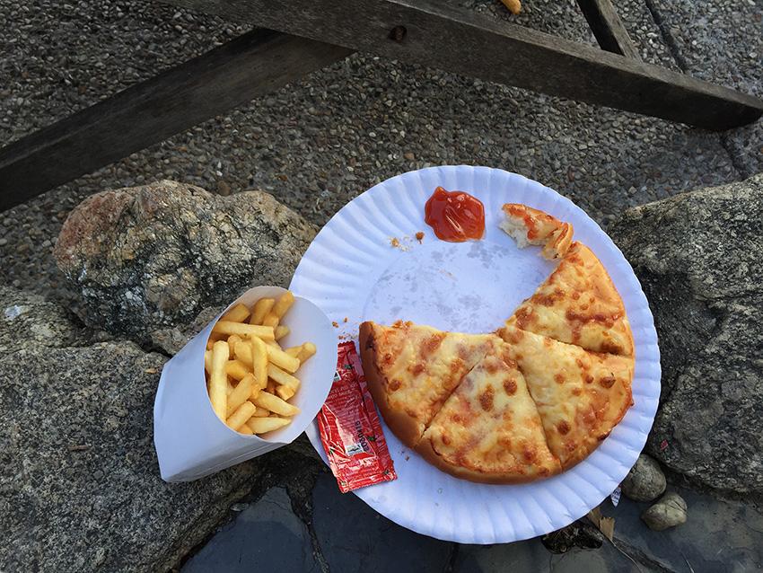 ужасно несъедобная пицца и картошка