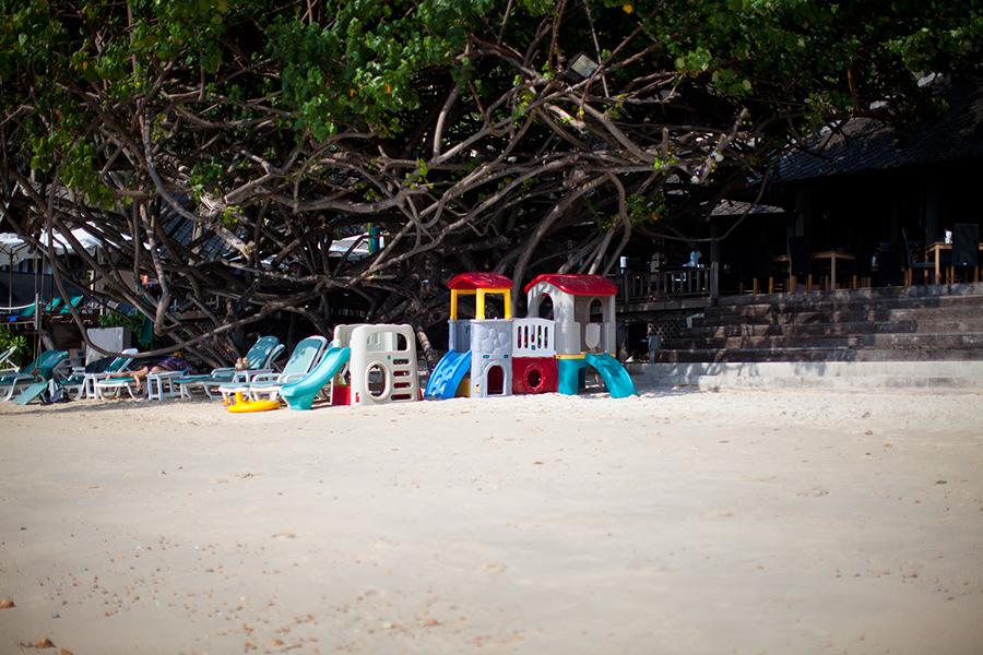 детская площадка при отеле Ао Прао