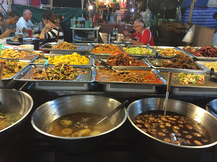 вкуснятинка на ночном рынке еда в Паттайе фото