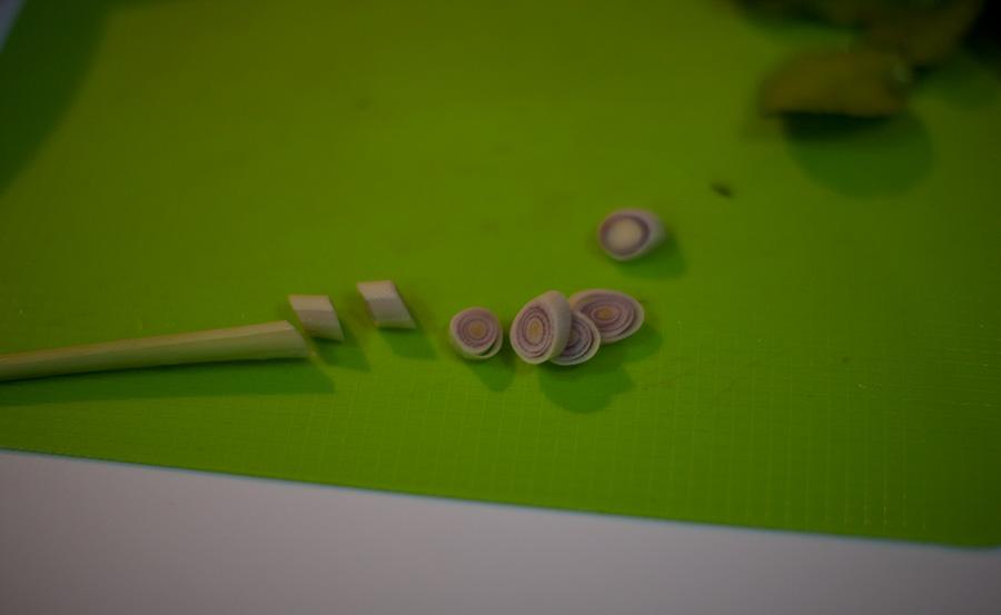 лимонник режем вот таким образом. зеленую часть выбрасываем