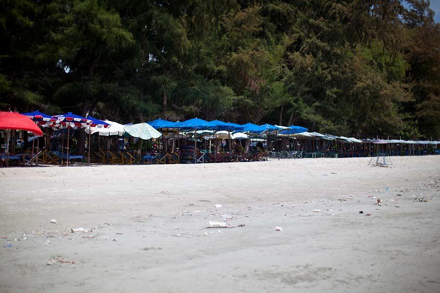 лежак с зонтиком в Районге - 30 бат. Никого нет. Убирать не спешат