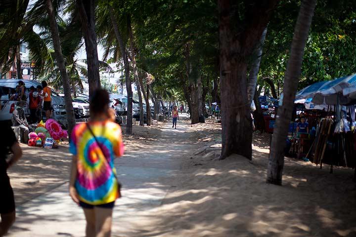 пешеходня дорожка у пляжа Джомтьен
