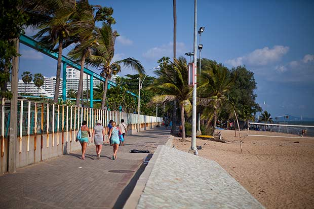 Пешеходня дорожка от Паттайя Парка на пляже Донгтан