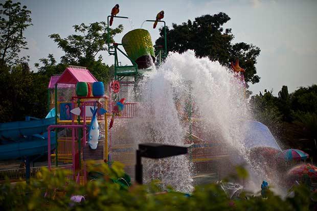 чудесное ведро с водой, дети сбиваются в кучу и ждут когда оно прольется, а потом вопят как резаные!