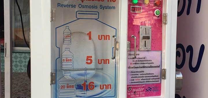 на фото водомат, вода в котором стоит даже дешевле 1 бата за литр