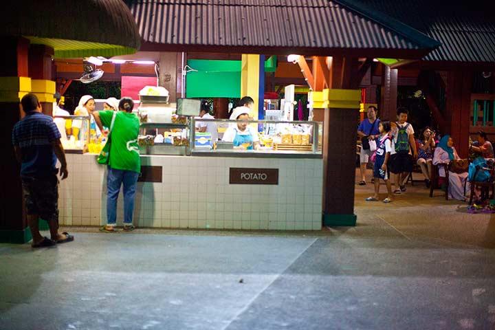 вот здесь продаются и блинчики, мороженое, кофе и другие вкусные штуки