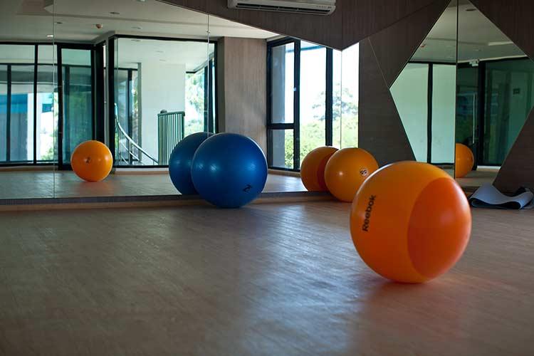 прекрасный зал для йоги, все бесплатно разумеется