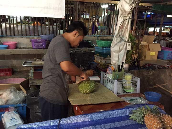 процесс разделки дуриана
