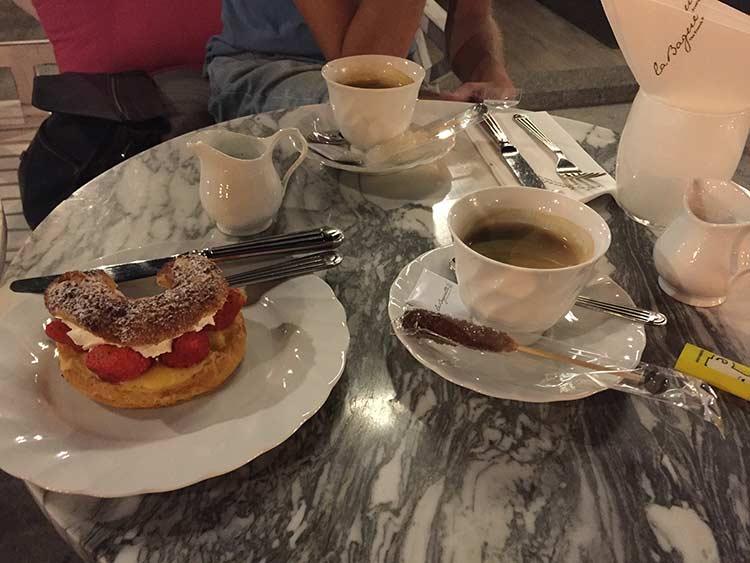 кофе и мой любимый эклер с клубникой