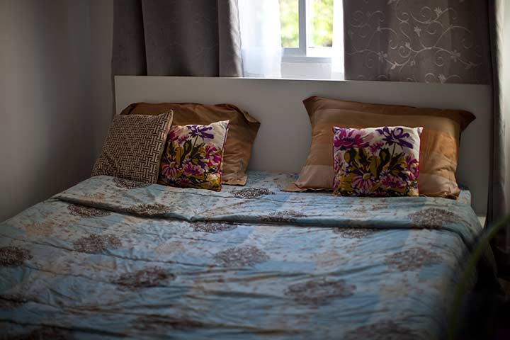 в спальне большай кровать, окно и ванная комната