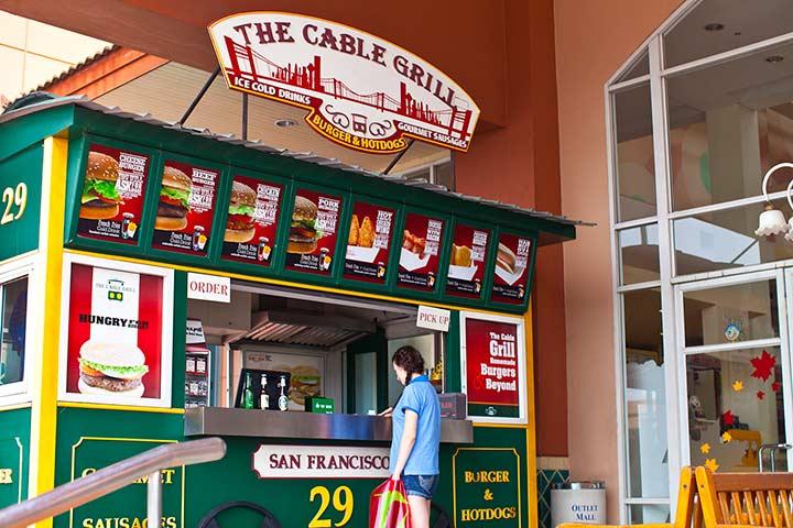 перекусить можно хот догом или гамбургером