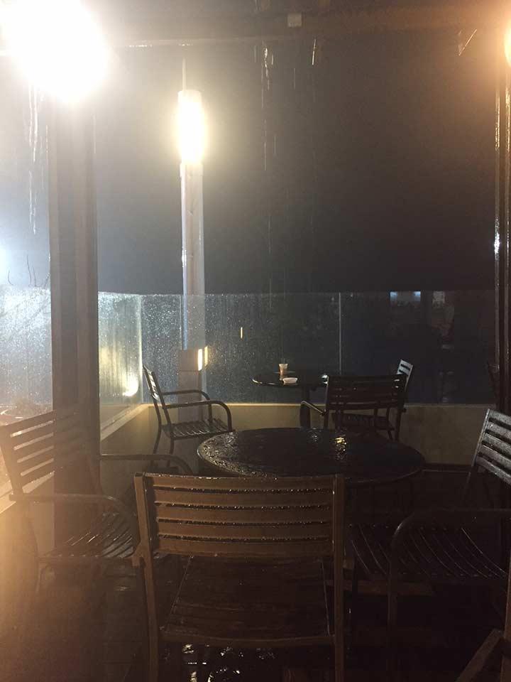 веранда в старбаксе в роял гардене во время дождя