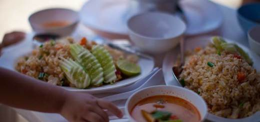 вкусная еда на военном пляже фото