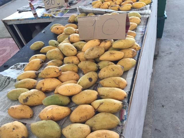 спелые манго по 10 бат на рынке в Паттайе