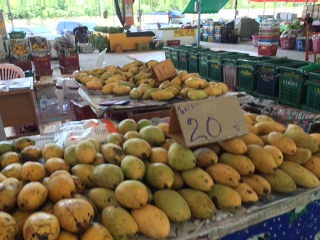 манго сорт Нилум цены на рынке у Колизея в сезон