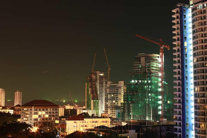 строители работают даже ночью.