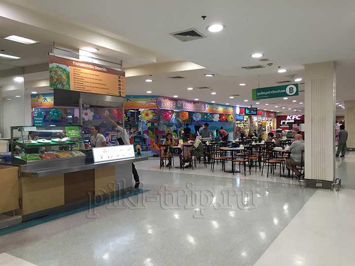 Где поесть в Паттайе - фудкорт Теско Лотус. Сзади видно детскую комнату