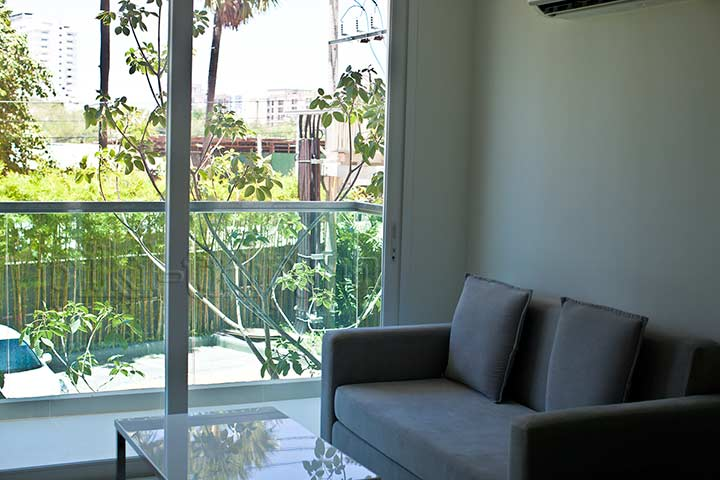 в гостиной балкон и раскладной диван амазон Паттайя фото