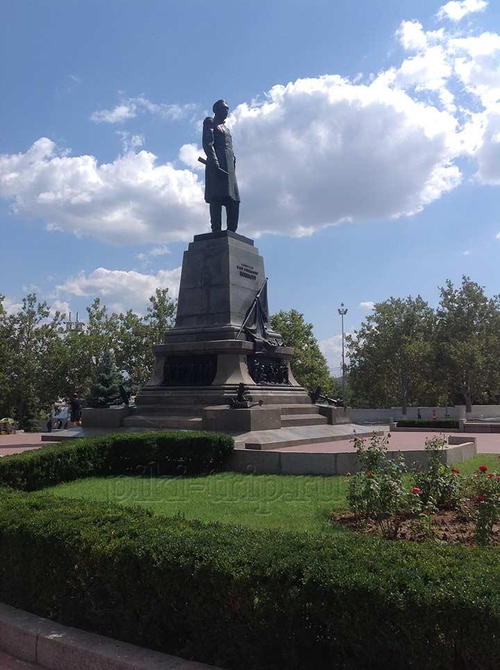 Памятник адмиралу Нахимову (фото)