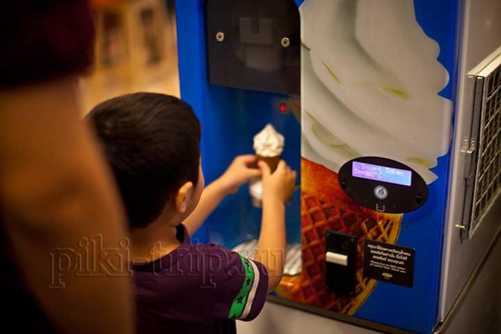 автомат с мороженым, цена 7 бат)))