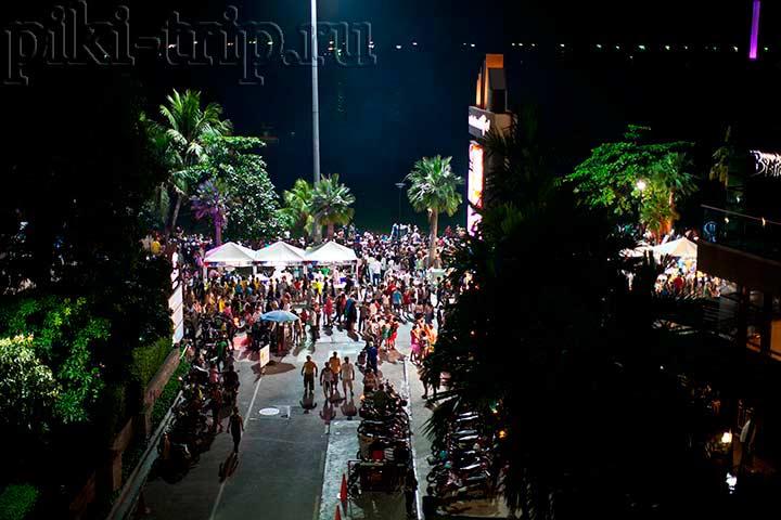 толпы людей в новогоднюю ноч в центре Паттайи