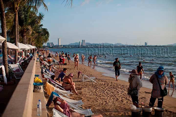 пляж отеля Амбассадор - в высокий сезон - взгляд налево