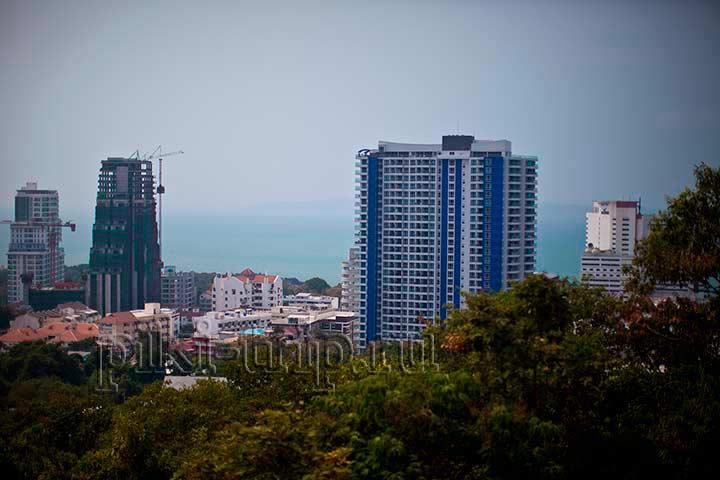 С этой смотровой видно и район Кози бич. На фото синее здание это кондо - Клифф, о котором я писала