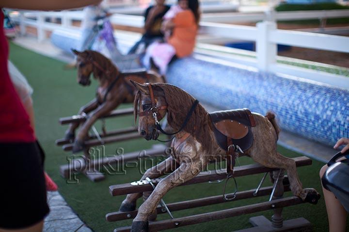 одно из немногих бесплатных развлечений, катание на лошадке деревянной