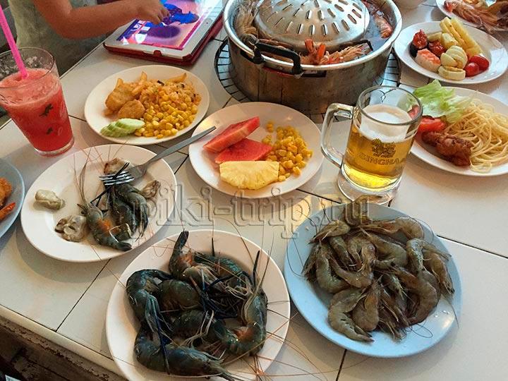 выбор еды в Най по в буфете с морепродукатми в паттайе и всем остальным - большой