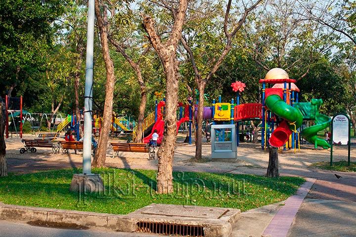 детская площадка в парке Люмпини