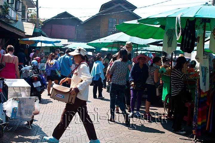 Если от нужного кафе смотреть в сторону пирса Та Тиен. Храм Ват Пхо за спиной