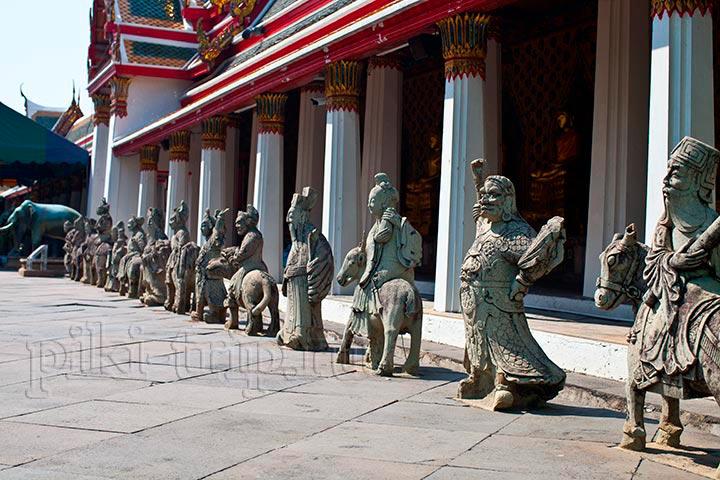 скульптуры воинов в храем Ват Арун