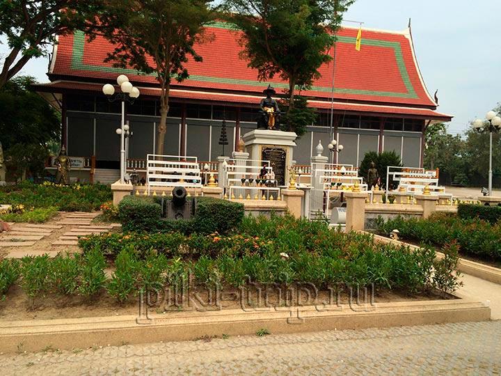 статуя короля Тайланда при храме