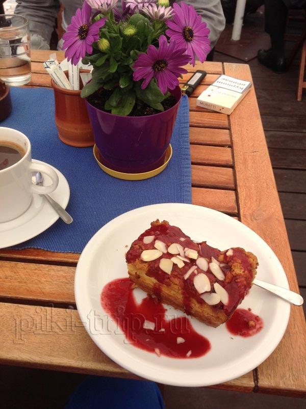 Пироженка (творожное пирожное под названием «sernik») и кофе с имбирем очень вкусны, рекомендую!