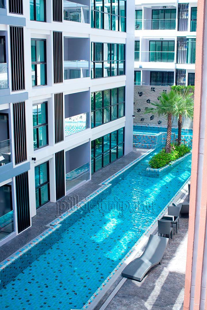 вид на бассейн с балкона и спальни