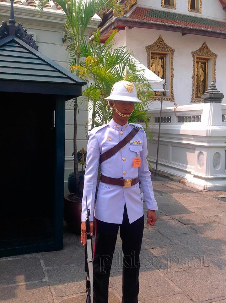 по лицу солдатика охраняющего королевский дворец видно, как его уже достали туристы, которые с ним фотографируются
