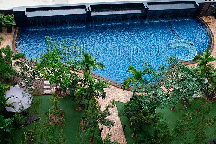 в одной из квартир вид на бассейн