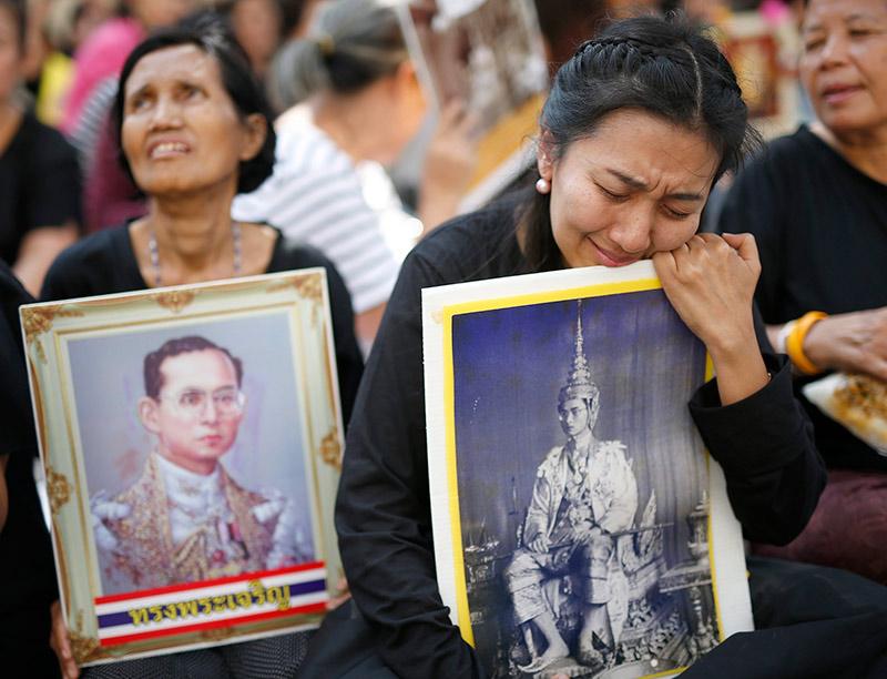 Вся страна будет год скорбеть по ушедшему королю Тайланда, который был очень любим народом