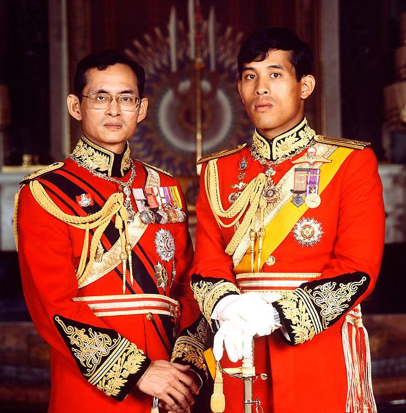 Король Тайланда Пумипомн Адульядетт и его сын, наследный принц Маха Вачиралонгкорн