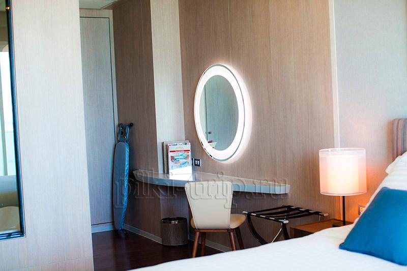 зеркало с подсветкой есть в каждой квартирой, девочки оценят!